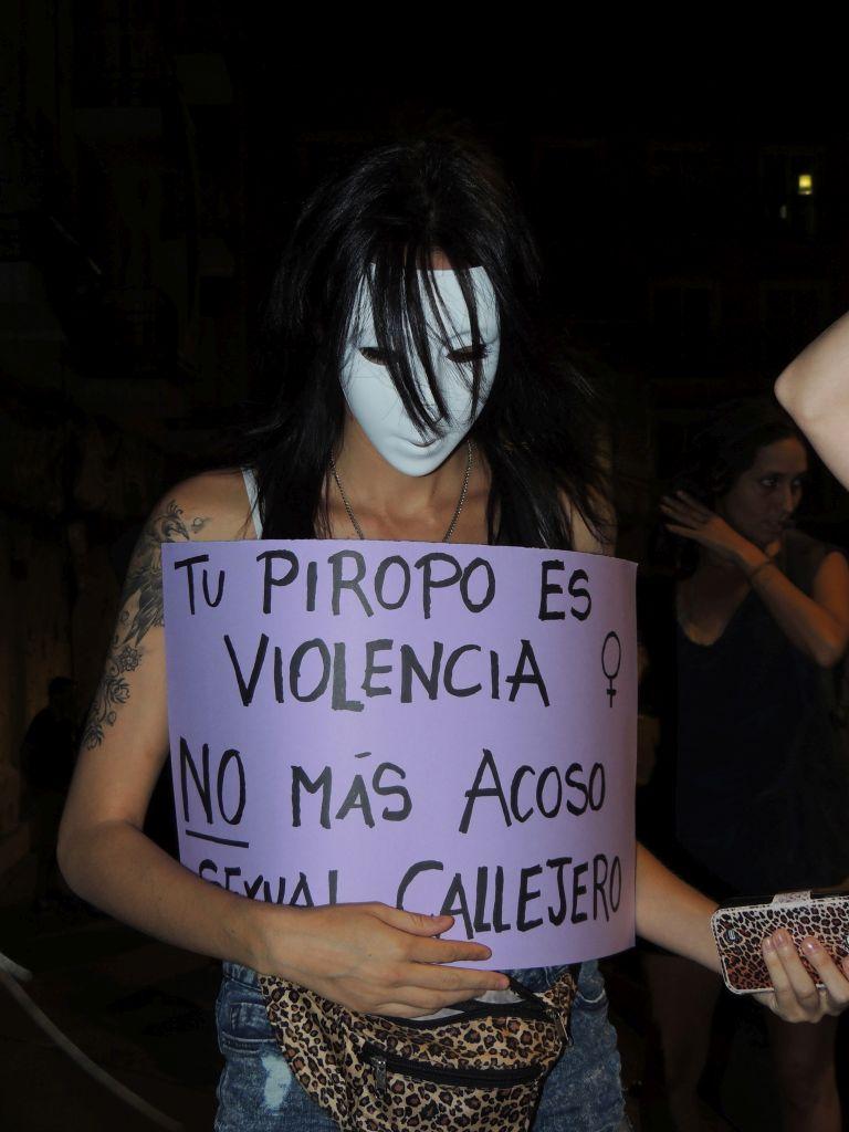 Una mujer muestra un cartel contra la violencia machista