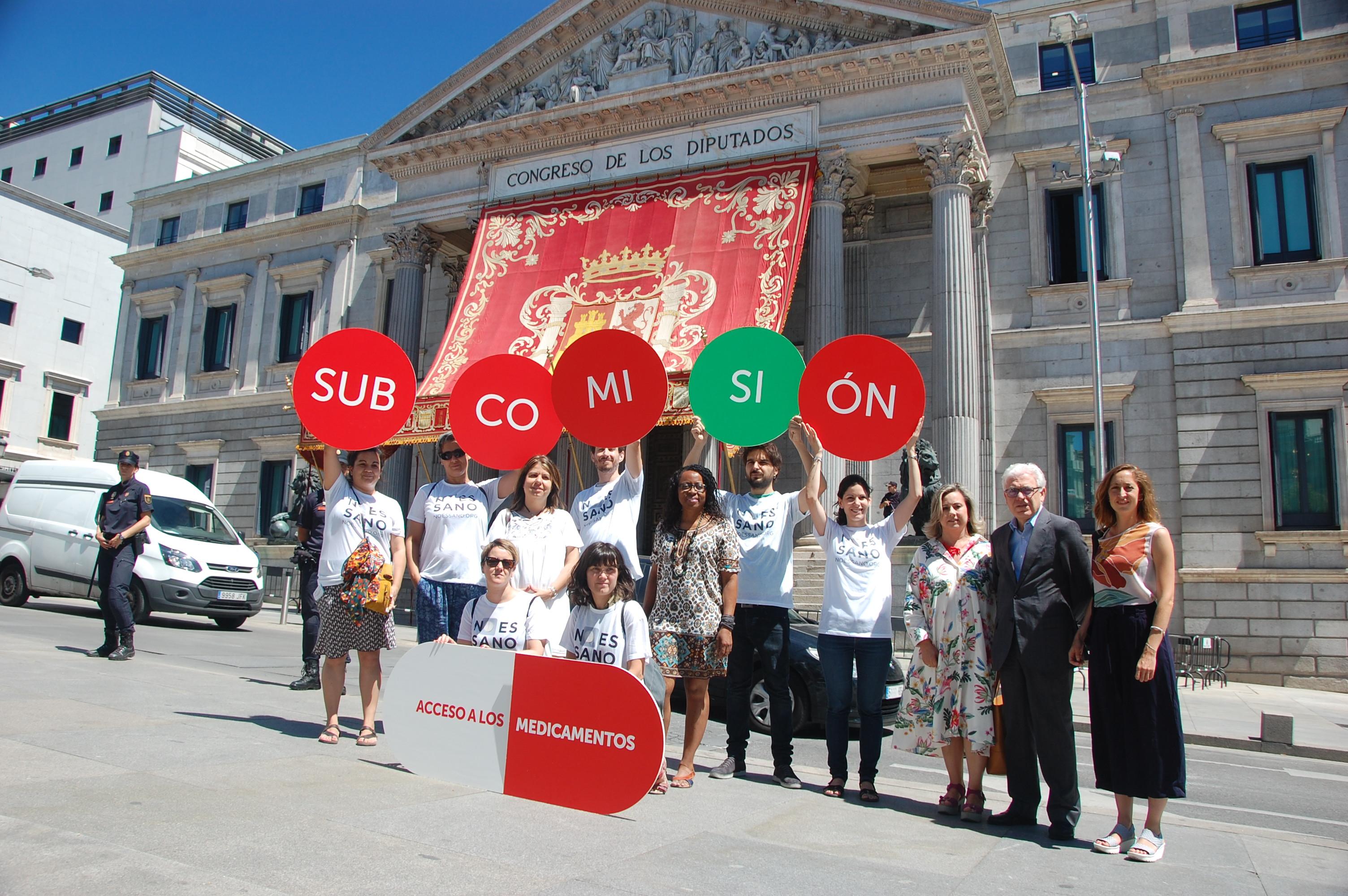 miembros de noessano.org frente al Congreso