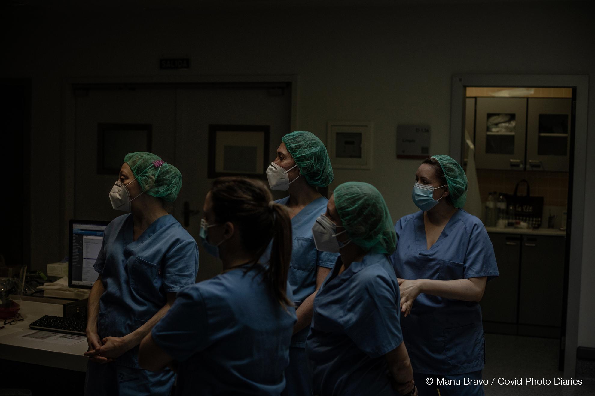 Un grupo de enfermeras observan la intervención de sus colegas en un paciente en la Unidad de Cuidados Intensivos asignada al COVID-19.