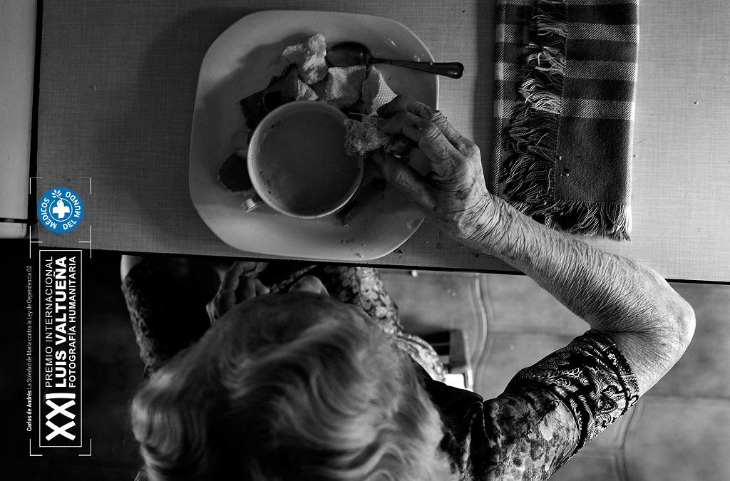 Imagen de María desayunando en la cocina