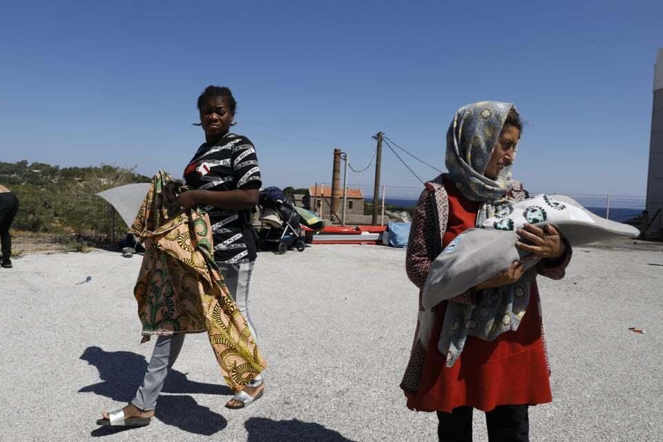 Mujeres que estaban refugiadas en el campo de Moria vagan por la isla de Lesbos. ©Yiannis Yiannakopoulos/Médicos del Mundo Grecia