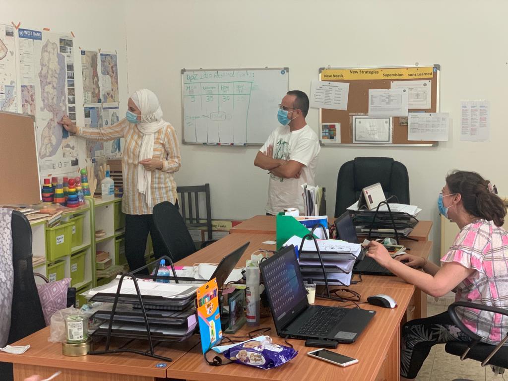 Marco junto al equipo de MdM en Cisjordania planifica intervenciones psicosociales en comunidades beduinas expuestas a la violencia israelí.