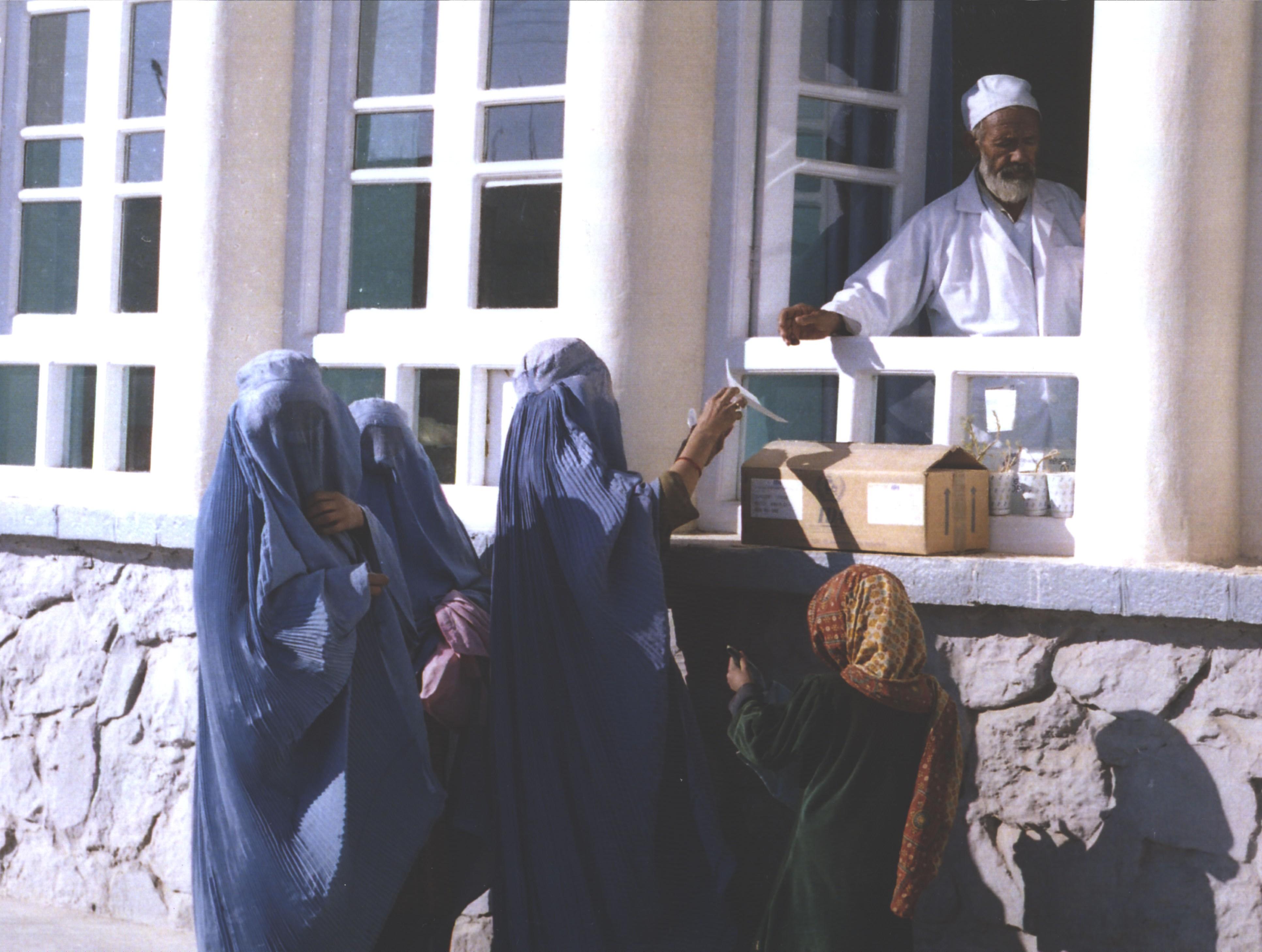 Mujeres afganas compran medicinas en una farrmacia de Kandahar, 2002.