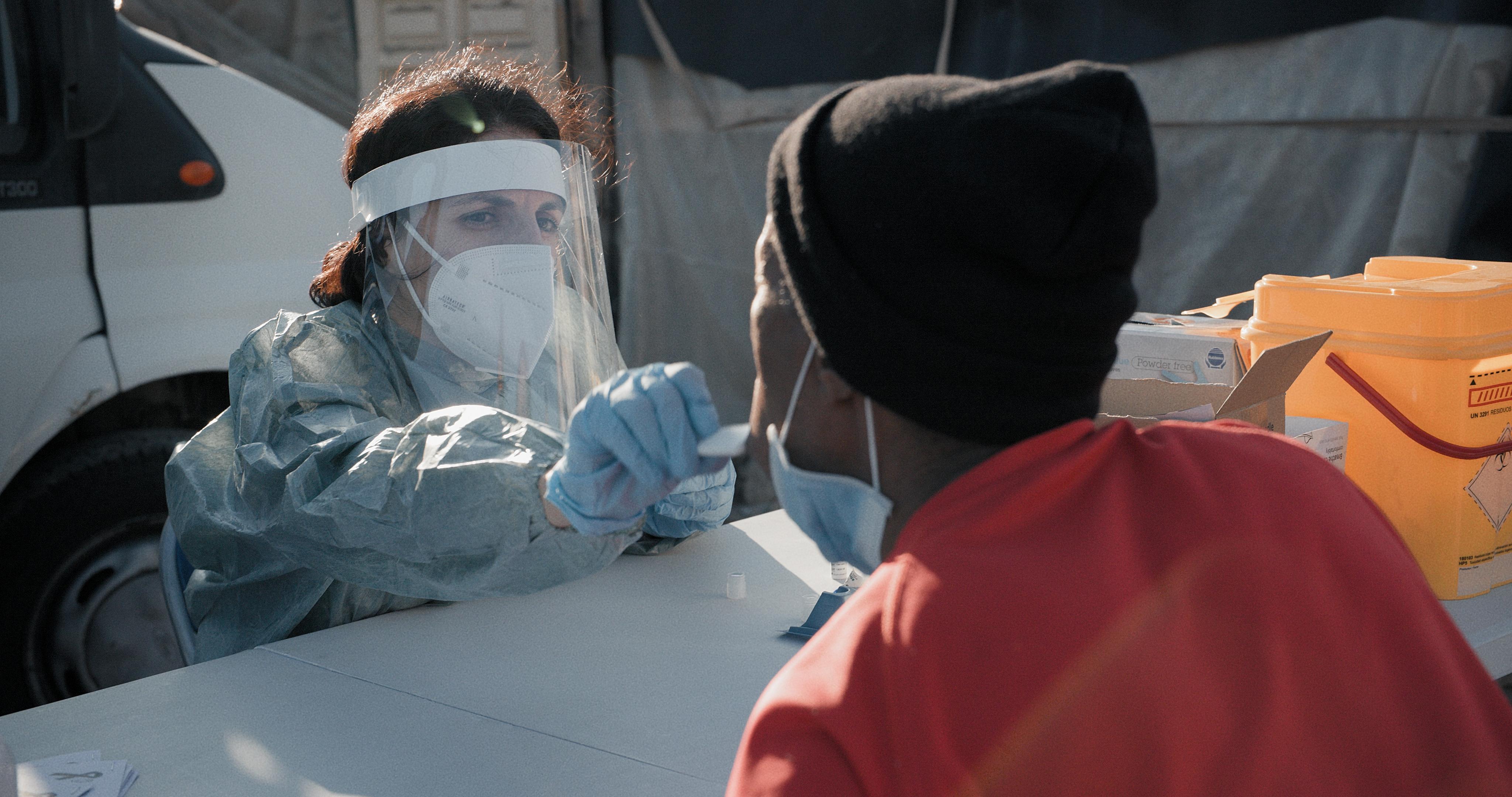 Una trabajadora de nuestra organización realiza un test para el diagnóstico del coronavirus en los asentamiento de Níjar. © Ignacio Marín