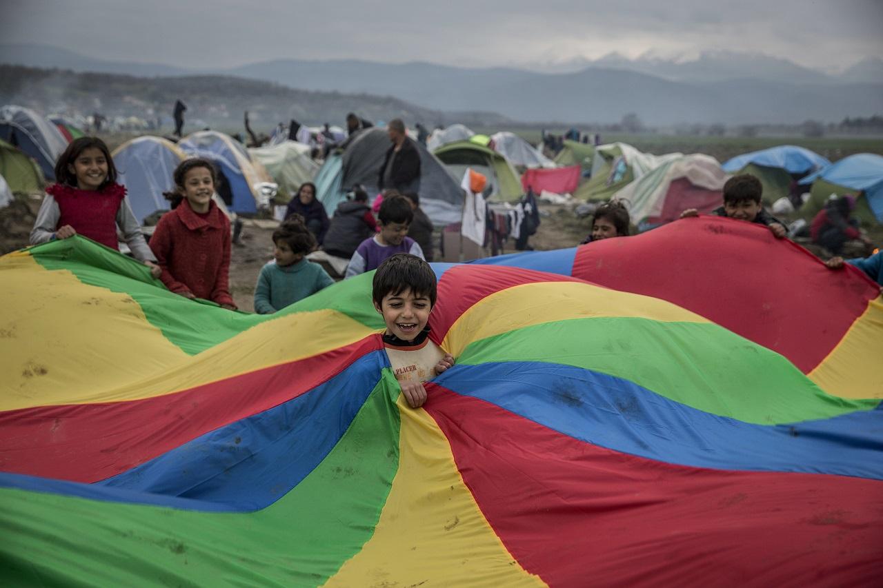 Niños y niñas juegan en un campo de personas refugiadas en Grecia - MdM España