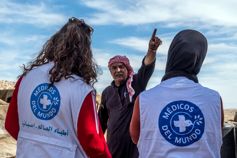 Nuestra psicóloga y nuestra asistente social conversan con el referente de la comunidad beduina El Mehituish.