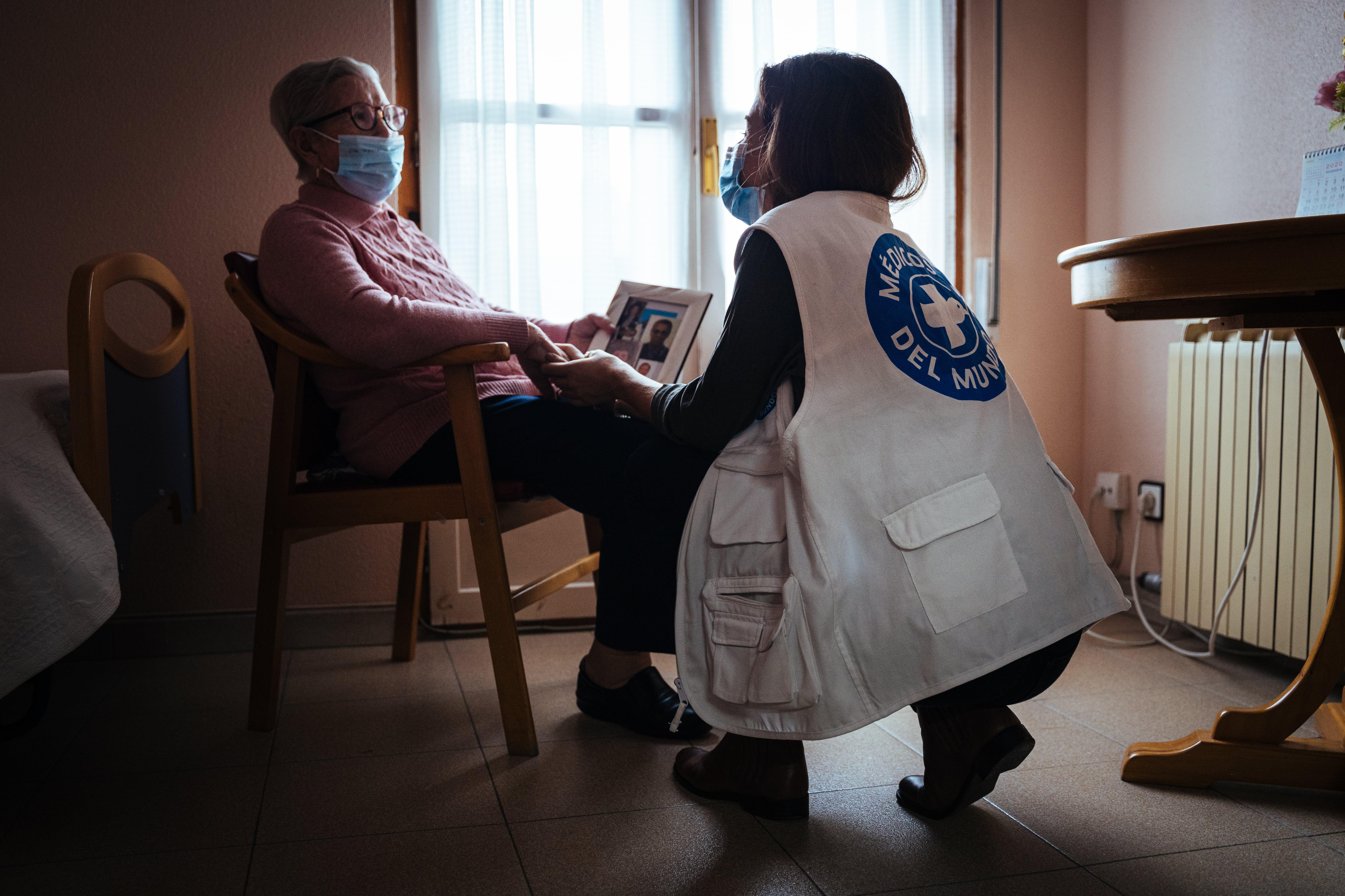 María y Alba, del equipo de Comunicación de Médicos del Mundo, en la residencia de mayores. © Ignacio Marín