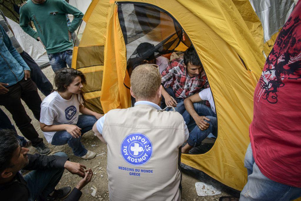 Miembros de Médicos del Mundo Grecia prestan atención sanitaria a personas refugiadas sirias