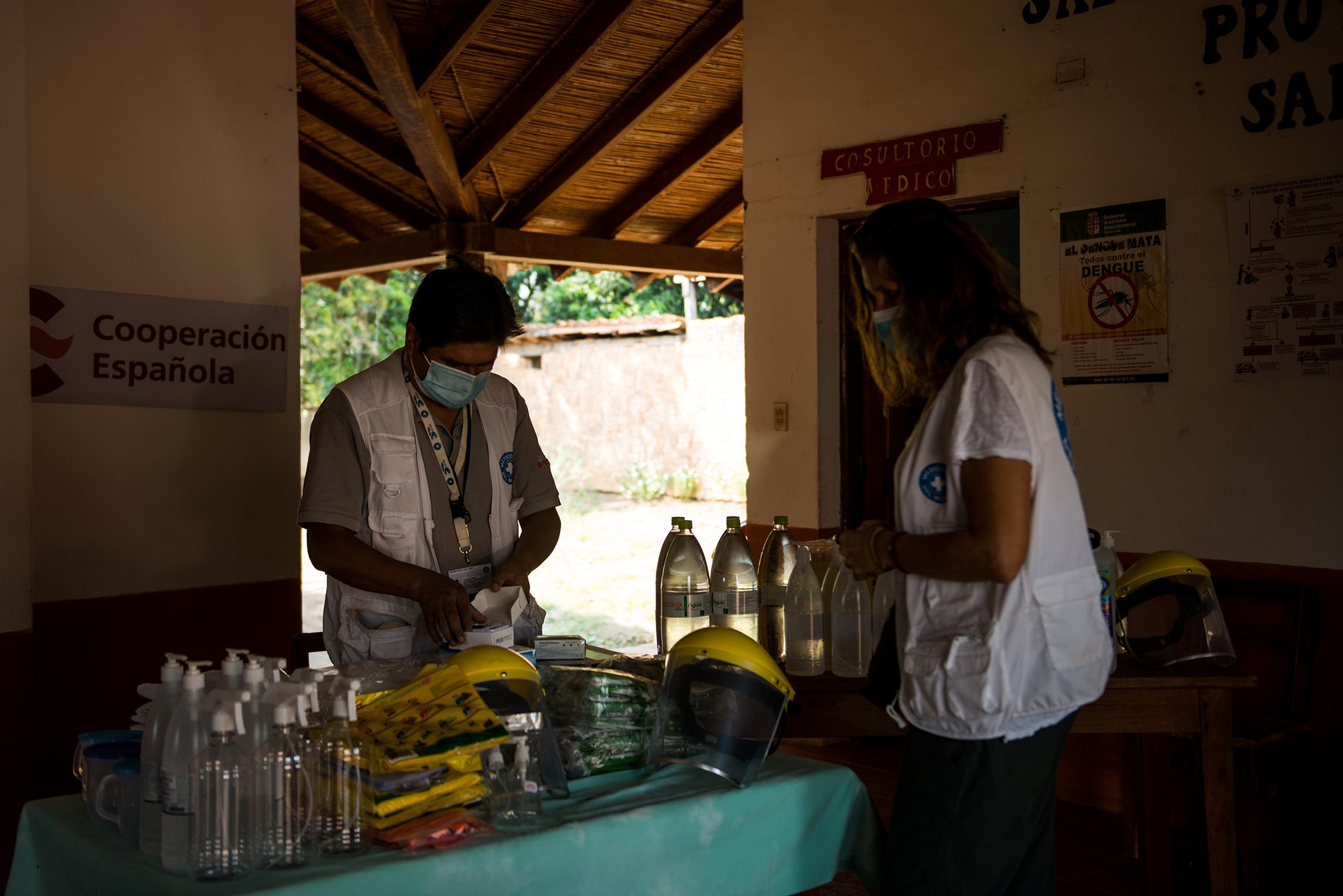 Paola y el personal de MdM en el centro de salud de Santa Ana de Velasco, en Santa Cruz, entregan insumos de seguridad, limpieza y detección de covid-19 . ©Claudia Belaude
