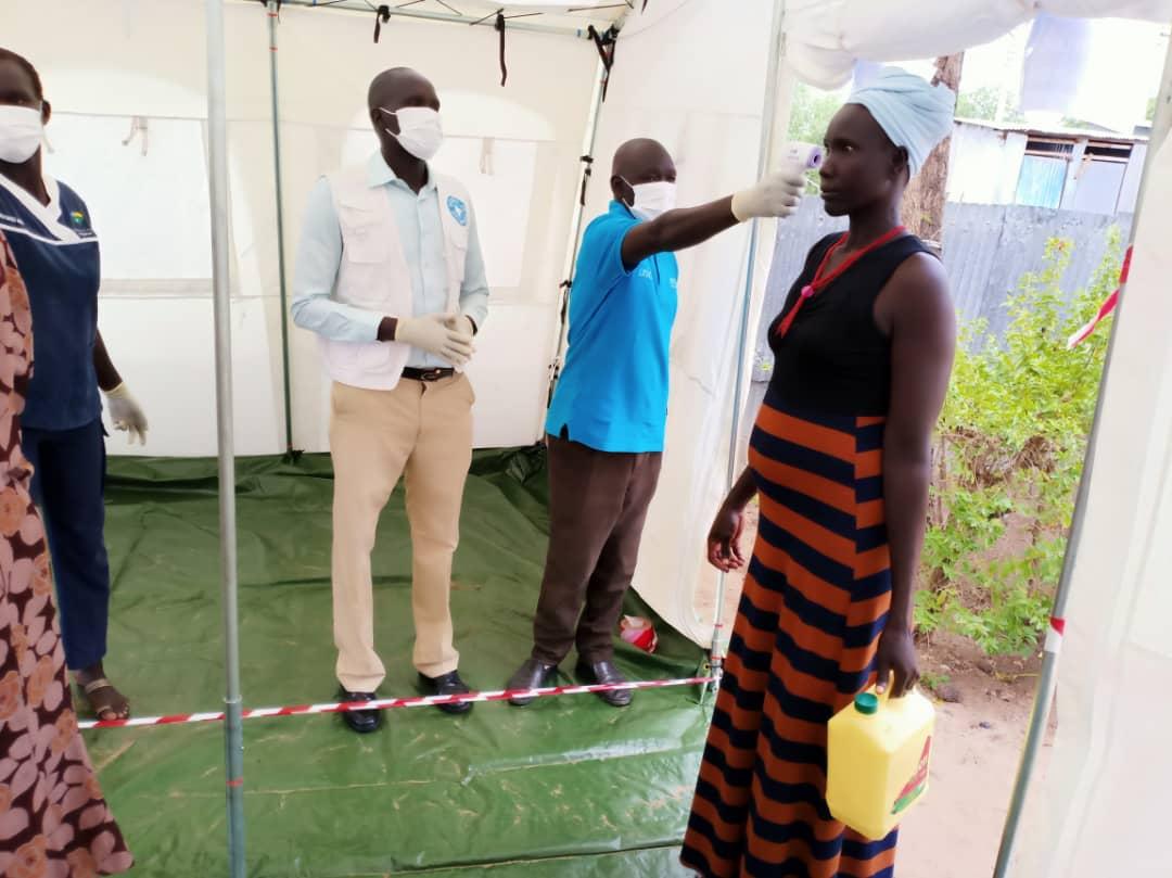 El equipo en Sudán del Sur toma la temperatura para prevenir el covid.