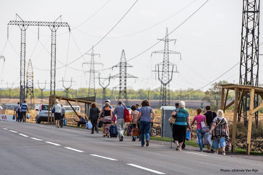 """Civiles se dirigen a la linea fronteriza o """"línea de contacto"""""""