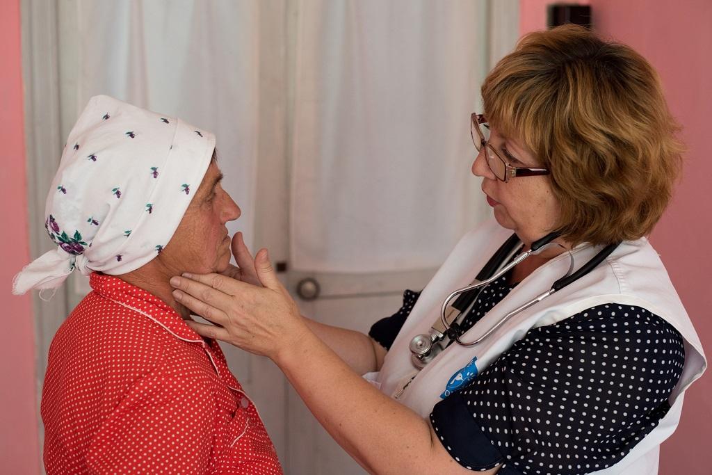 Personal de Médicos del Mundo proporciona atención sanitaria a mujer ucraniana