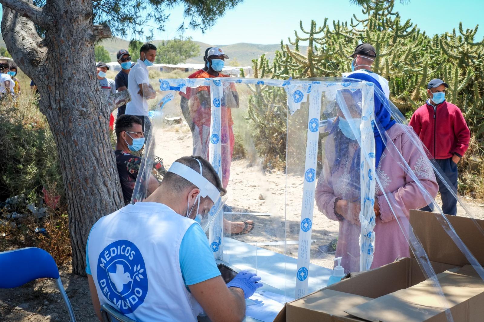 Atención sanitaria y psicosocial en asentamientos del mar de plástico en Almería.