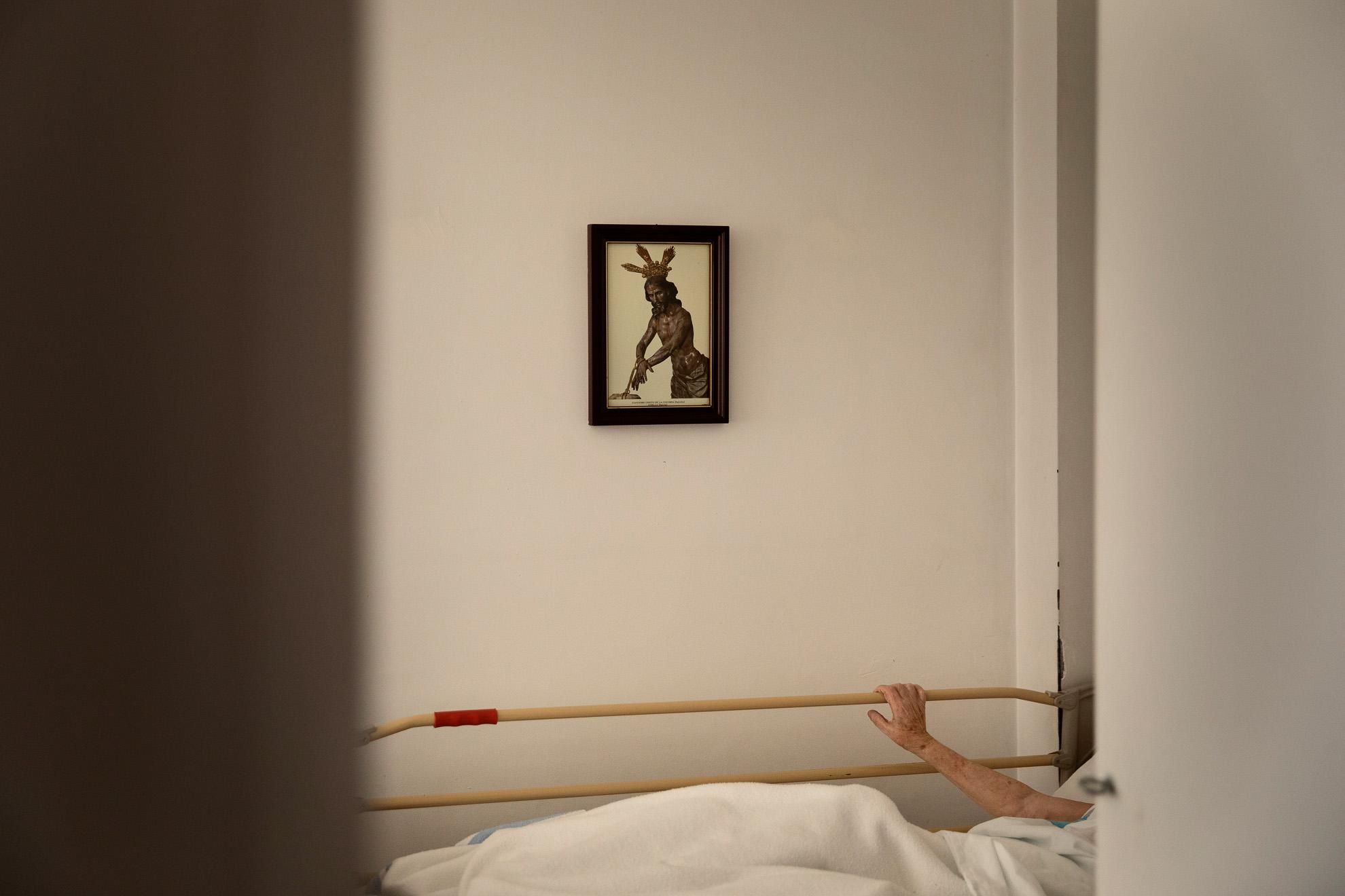 Una anciana permanece confinada a causa de la pandemia en su habitación de una residencia de Badalona, España, 26 de abril, 2020.