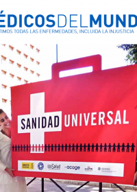 Personal de Médicos del Mundo participa en una concentración por la sanidad universal