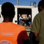 El equipo de la Unidad Móvil atiende a la población inmigrante en los asentamientos de Almeria.