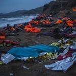 El cadáver de un joven afgano de 20 años permanece envuelto en una manta, en una playa de Lesbos