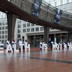 personas de Médicos del Mundo frente a la sede del Parlamento Europeo en Bruselas sostienen las letras Health is not a luxury