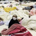 Personas evacuadas de una residencia de mayores de la zona de evacuación de los alrededores de la planta nuclear de Fukushima Daini en un refugio temporal en Koriyama.