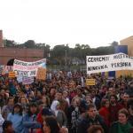 """Manifestación con pancartas de """"Cierre ya"""" frente al CIE de Aluche, Madrid."""