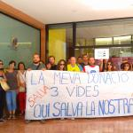 Activistas de Prosocial, Médicos del Mundo y Amnistía Internacional llevaron a cabo ayer martes una acción de concienciación frente al Banco de Sangre y Tejidos de Palma de Mallorca.