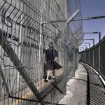 Una estudiante palestina atraviesa el checkpoint de Belén