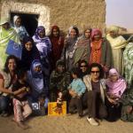 Foto grupal de matronas saharauis y cooperantes de médicos del mundo a la salida de un taller de formación