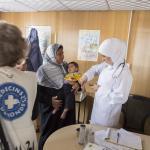 Una enfermera toma el pulso a un niño en el campamento de refugiados de Zataari en Jordania.