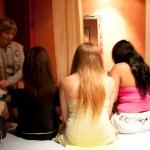 Personas que ejercen la prostitución en clubes de A Coruña hablan con una trabajadora de Médicos do Mundo