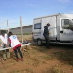"""Trabajadores de Medicos del Mundo preparando la proyección del documental """"Cruzando hacia la miseria"""""""