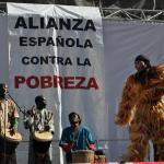 Unos músicos cantan y tocan instrumentos de percusión mientras baila hombre vestido con un traje peludo.