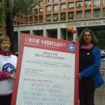 Miembros de Médicos del Mundo sostienen una hoja de reclamación simbólica contra la exclusión sanitaria.