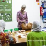 Una mediadora imparte un taller sobre mutilación genital femenina.
