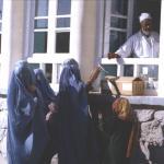 Un grupo de mujeres afganas mientras recogen medicamentos en una farmacia