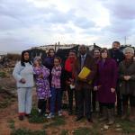 Personas migrantes en uno de los asentamientos en los invernaderos de Almería junto al relator de las Naciones Unidas y miembros del equipo de Médicos del Mundo en Andalucía.
