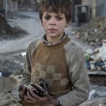 Nueve años de edad, Alladin, recoge munición utilizada cerca de la primera línea en Aleppo para venderla como metal.