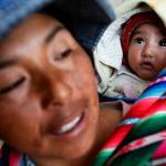 La niña Gilda acaba de ser vacunada en el puesto de salud de Viscachani, Bolivia.