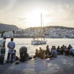 Personas refugiadas sirias esperan en el puerto griego de Lesbos su traslado.
