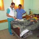 El cirujano Higinio Ayala visita a un paciente al que se le acaba de intervenir.