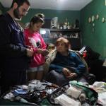 Visita de miembros de Médicos del Mundo a un domicilio como medida preventiva tras las inundaciones.