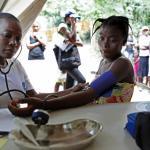 Una doctora de Médicos del Mundo Francia atiendo a una joven