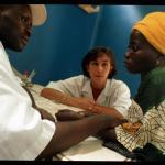 Un sanitario malí atiende a una mujer en Malí.