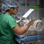 Una sanitaria atiende a un neonato en el centro de Choluteca, Honduras.