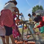 Campo de personas desplazadas de Kathmandú aprovisionándose de agua