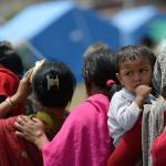 Grupo de madres en fila para recoger galletas en Complejo Militar junto a Ratna Park de Kathmandú