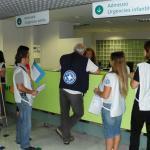 Miembros de Metges del Món trabajando en tareas de acompañamiento y mediación en un Centro de Salud.