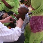 Personal sanitario llevando a cabo pruebas de medición del perímetro braquial durante la crisis alimentaria en el Sahel.