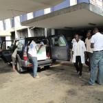 Personal de Médicos del Mundo entrega material quirúrgico en el hospital CHU, de Cocody en Abidjan.