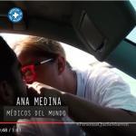Ana Medina, de Médicos del Mundo, atiende a un joven en Melilla.