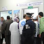 Gente en un hospital espera ser atendidos por el doctor en Gaza